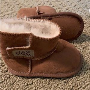 Medium size Ugg's for baby brown boots